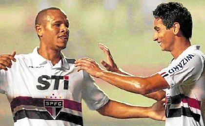 Luis Fabiano y Ganso celebran un gol con el Sao Paulo.