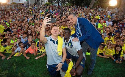 N´Diaye, Cheryshev y Fernando Roig se hacen un selfie con los aficionados.