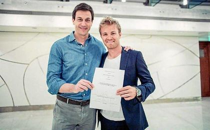 Nico Rosberg, tras rubricar su firma.