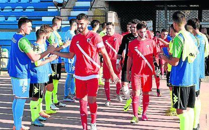 El partido comenzó con pasillos de los dos equipos.