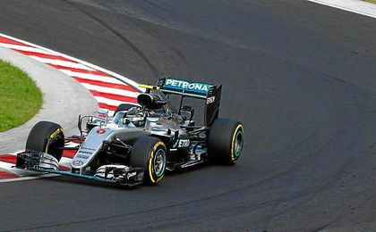 El alemán retuvo el primer puesto pese a la mejoría experimentada por Red Bull.