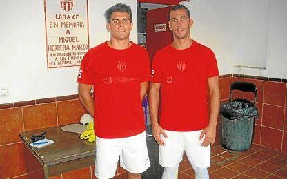 Duvi (izquierda) en su presentación como jugador del Lora C.F.
