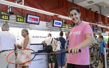 Carolina Marín posa con su raqueta en el aeropuerto.