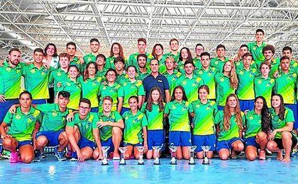 Foto de grupo de la expedición del Club Natación Mairena en Málaga.