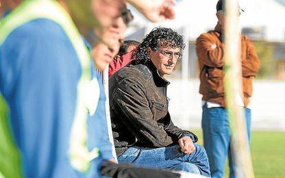 En la imagen, Manuel Orozco, entrenador del Torreblanca, observa un encuentro de su equipo.