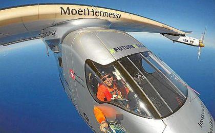 Fotografía del piloto, Bertrand Piccard, mientras pilota el Solar Impulse II.