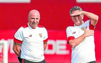 Juanma Lillo sigue atento, junto a Jorge Sampaoli, un entrenamiento del conjunto nervionense.
