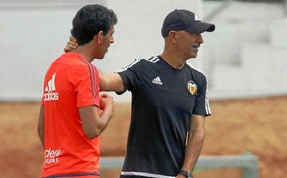 Pako Ayestarán intenta convencer a Dani Parejo de que tiene que ser importante en el Valencia.