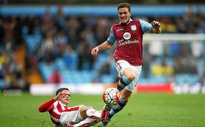Jordan Veretout intentado escaparse de Afellay en un partido del Aston Villa.