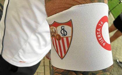 Nuevo brazalete de capitán del Sevilla, estrenado ante el Mainz 05.