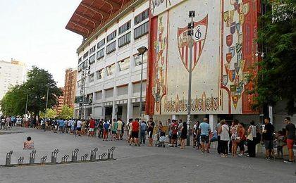 Aficionados sevillistas esperando su turno este viernes para hacerse con una entrada.