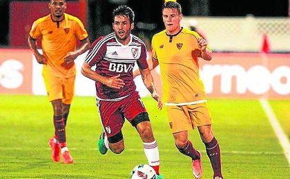 Kévin Gameiro volvió a enfundarse ayer la tercera equipación del Sevilla, como ya hiciera frente a River.
