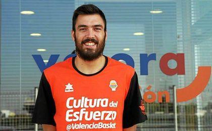Pierre Oriola posa con los colores de su nuevo equipo.