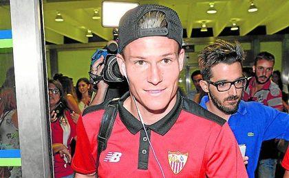 Gameiro, en su llegada al aeropuerto de San Pablo (Sevilla) una vez que el club volviera del ´stage´ en Orlando.