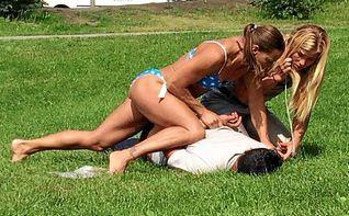 Una polic�a en bikini detiene a un ladr�n y se vuelve viral