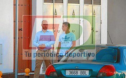 ESTADIO Deportivo ha �cazado� a Ben Yedder junto a Adolfo Mu�oz llegando a la cl�nica.