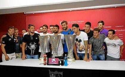 Coke, flanqueado por sus compañeros en su despedida del Sevilla.