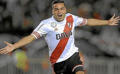 Mercado celebra un gol con la camiseta de River.