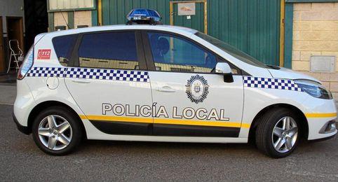 Coche empleado por la Policía Local de Lora.