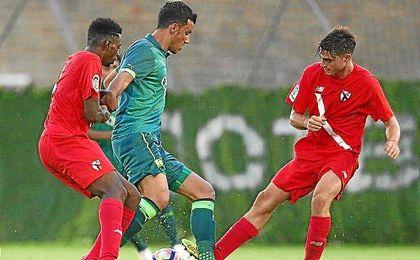 Lance del partido entre el Sevilla Atlético y el Al Ahli.