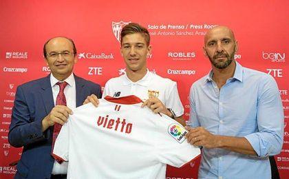 Vietto, junto a Castro y Monchi en su presentación.