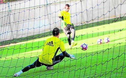 Ad�n, que en la imagen efect�a un disparo con Manu Herrera bajo palos, fue uno de los tres jugadores verdiblancos que no viajaron a Faro.