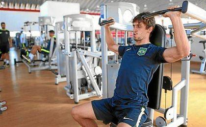 Caio, ejercitándose en el gimnasio con la selección de Brasil.
