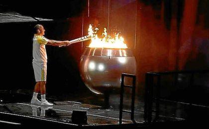 Vanderlei de Lima, en el momento de encender el pebetero olímpico.