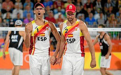 Herrera y Gavira celebran un punto ante los austr�acos.