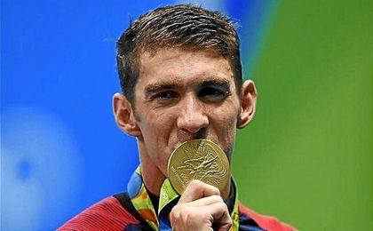 Phelps besa su medalla de oro en el 4x100 de Río 2016.
