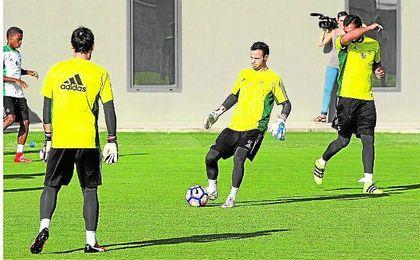 De izquierda a derecha: Dani Giménez (de espaldas), Manu Herrera y Antonio Adán, quienes defenderán la portería bética en la 16/17.
