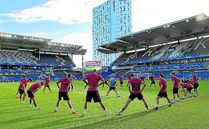 Los jugadores nervionenses se ejercitan en la víspera del partido en el Lerkendal Stadion de Trondheim.