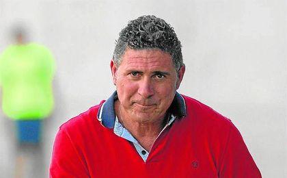 Alonso Ramírez, entrenador del Alcalá, con Pavón ya cuenta con su décima incorporación.