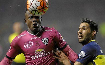 Angulo pelea el esférico ante un jugador de Boca.