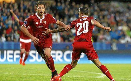 Franco Vázquez celebra su gol con Vitolo.