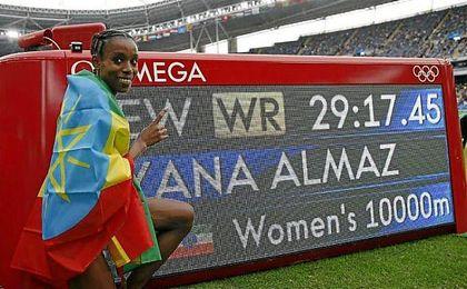 La etíope posa con la marca que le ha encumbrado al oro.