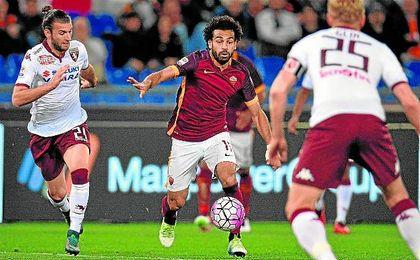 Gastón Silva presiona a Mohamed Salah durante el Roma-Torino de la pasada campaña.