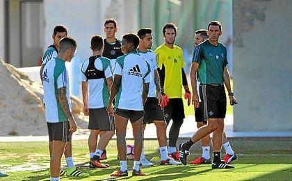 Poyet, en un entrenamiento con sus jugadores.