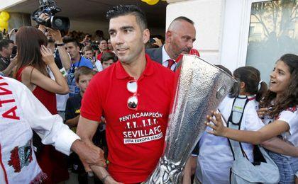 Reyes, con la Europa League de Basilea.