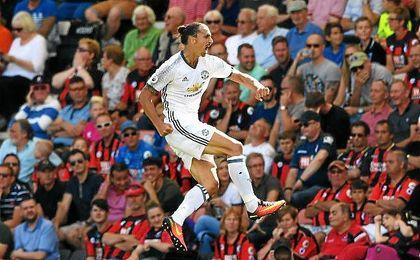Ibrahimovic anotó el tercer tanto de su equipo en la primera jornada de la Premier 2016/17.