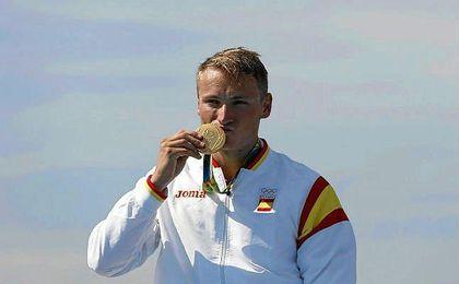 Marcus Walz, flamante campeón olímpico, con la medalla de oro.