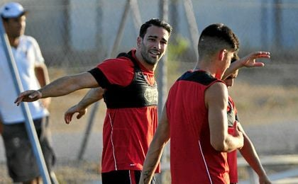 Adil Rami, entren�ndose con el Sevilla.