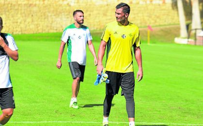 Antonio Ad�n es el �nico �superviviente� de los 15 �eurofichajes� que realiz� el club hace tres campa�as.