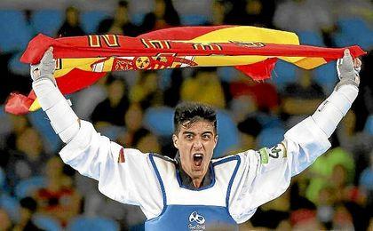 Joel González celebra su medalla de bronce.