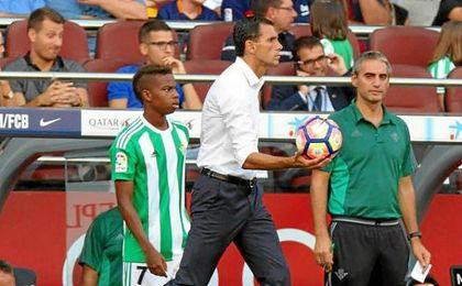 Poyet, en la banda del Camp Nou.