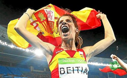 Beitia celebra con la bandera de Espa�a su oro en salto de altura.
