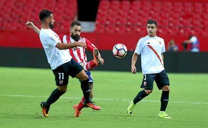 Un lance del juego en el partido entre el Sevilla Atlético y el Girona.