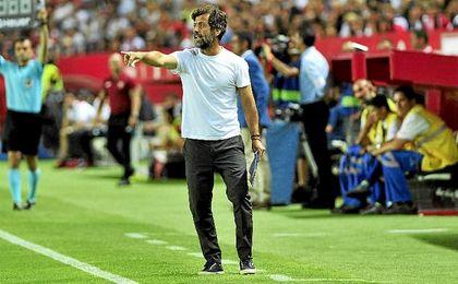 Quique S�nchez Flores, durante el partido ante el Sevilla.