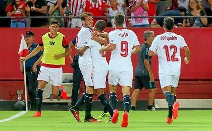 Los sevillistas celebran uno de los seis goles anotados ante el Espanyol.