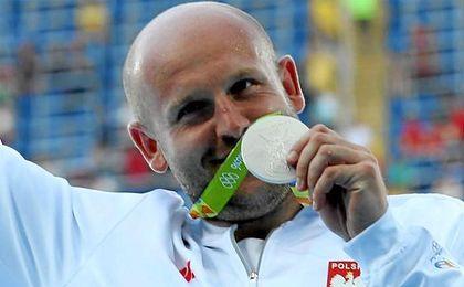 Piotr Malachowski recogiendo su medalla de plata en Río.